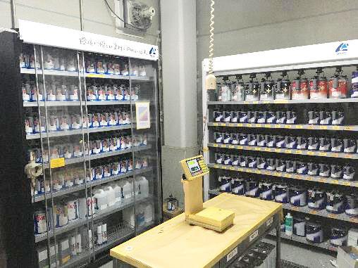 環境対応の水性塗料と溶剤型塗料を完備